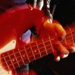 Cómo ponerle una correa al bajo de una guitarra