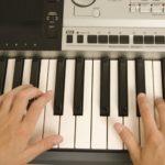 Cómo tocar acordes en un teclado u órgano
