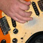 Cómo tocar canciones acústicas en una guitarra eléctrica