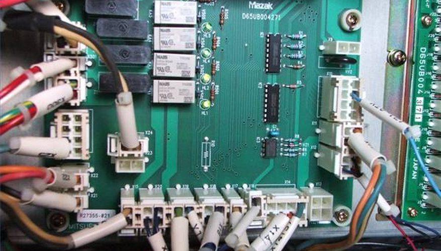 Cómo usar un multímetro en una tarjeta de circuito impreso