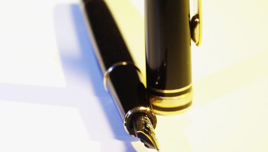 Cómo hacer que la tinta fluya en una pluma estilográfica