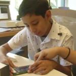 La aplicación de iPhone y el implante de conducción ósea ayudan a un niño de 9 años a recuperar la audición