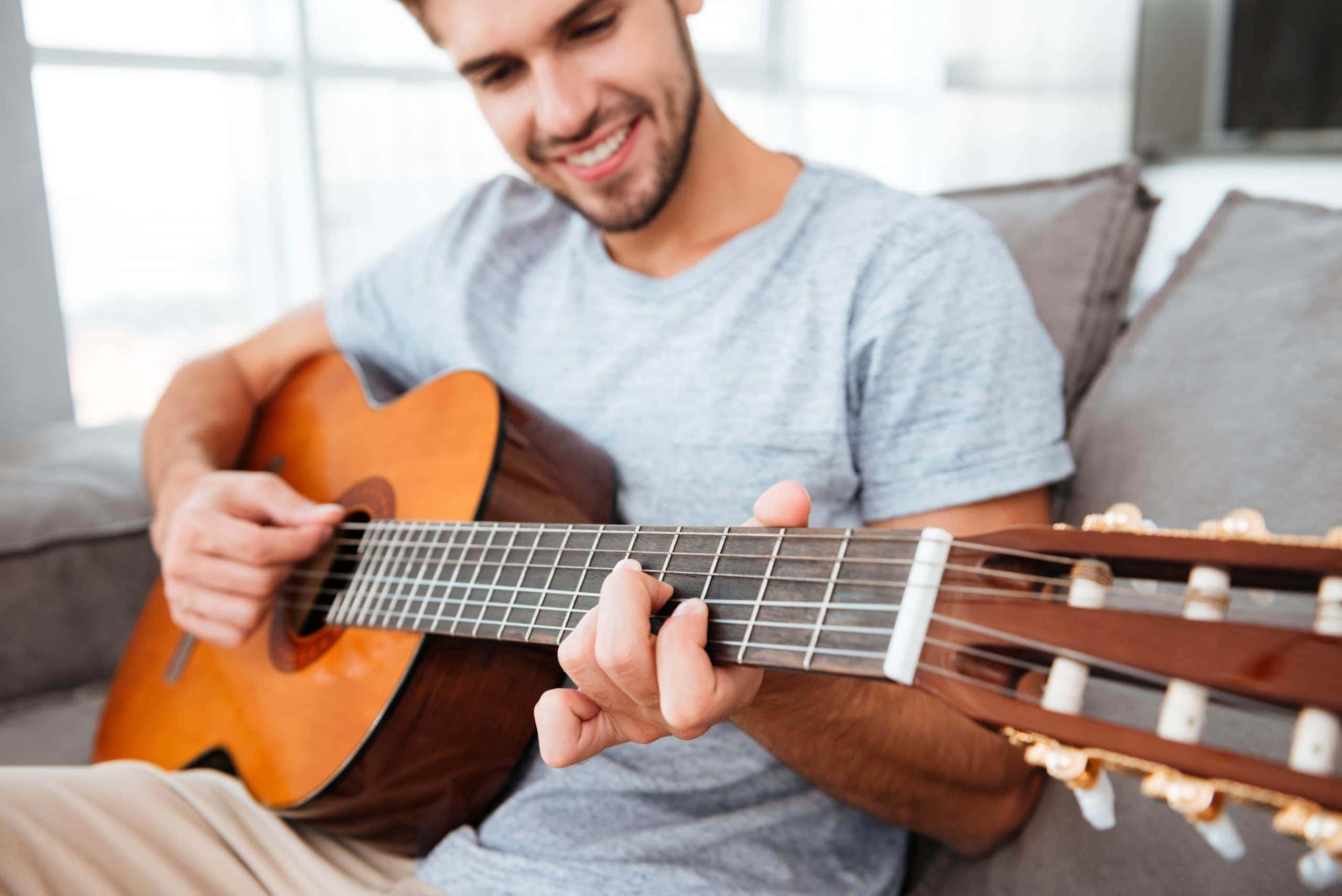 Tocando la guitarra sentado
