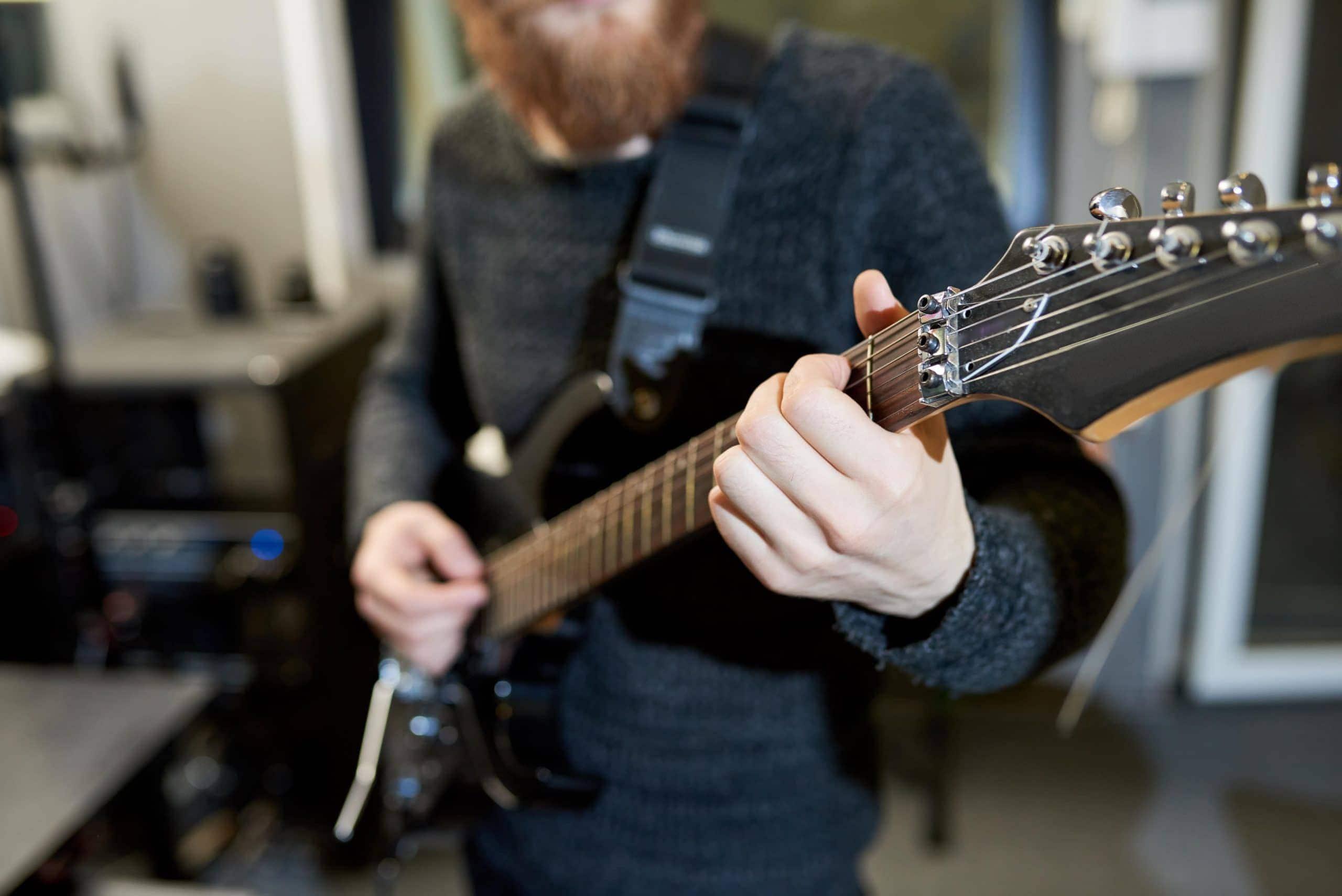 Tocando la guitarra de pie
