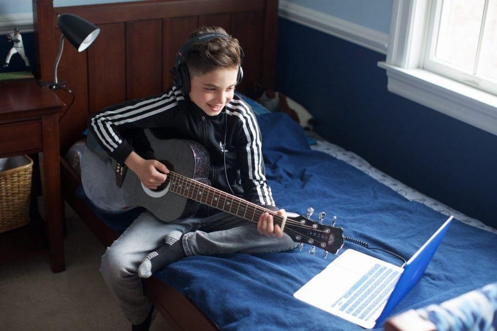 Los beneficios de las lecciones de música en línea