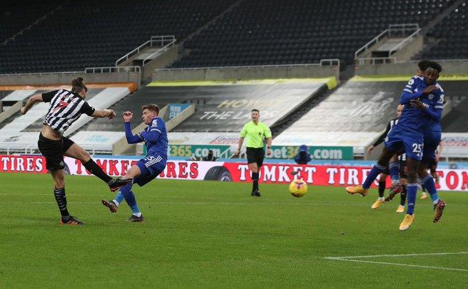 El delantero del Newcastle Andy Carroll anota
