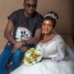 """El novio que usó una camisa Fulani Dashiki sobre un par de jeans en su boda dice """"Las opiniones sobre mi atuendo simple no definen cómo sería nuestra boda""""."""